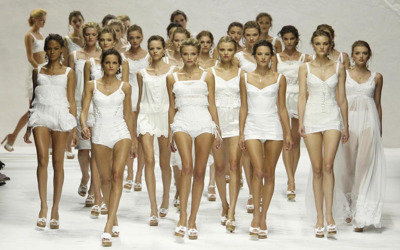 how to walk like a catwalk model